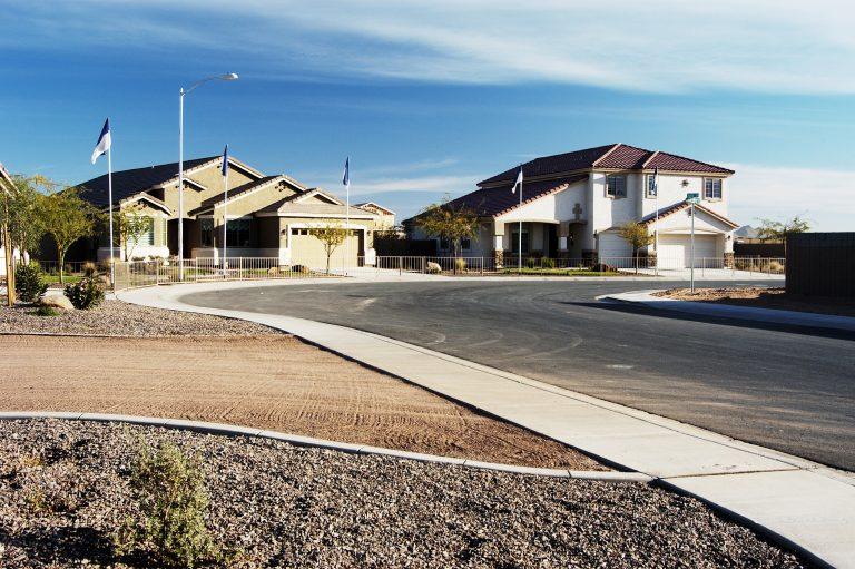 Caen las ventas de viviendas nuevas en Estados Unidos; tasas hipotecarias históricamente bajas que sustentan la demanda.