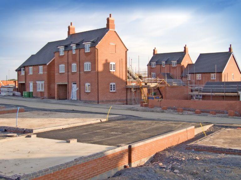 Los inicios de viviendas caen más de lo esperado en agosto debido a la caída de la construcción de viviendas multifamiliares.